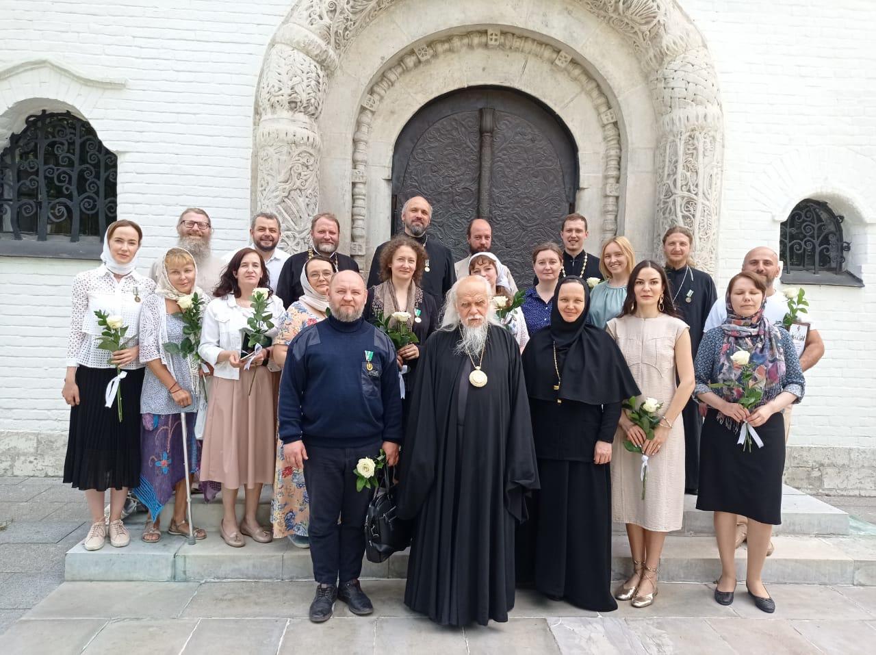 Председатель Синодального отдела по благотворительности епископ Верейский Пантелеимон с награжденными