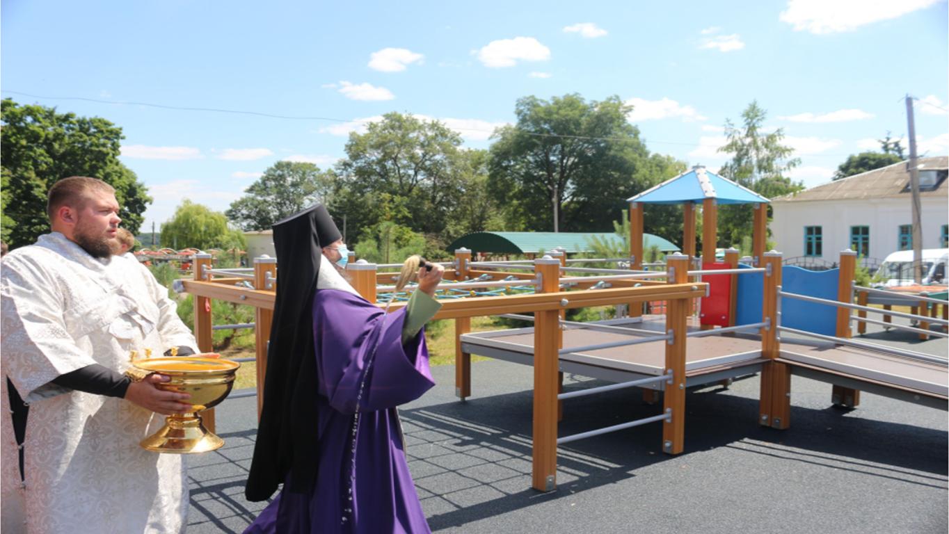 Епископ Ливенский и Малоархангельский Нектарий освящает спортивную площадку для детей с ограниченными возможностями здоровья