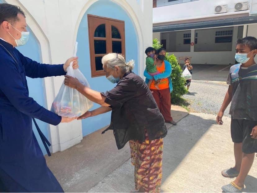 Передача продуктовой помощи жителям острова Самуи