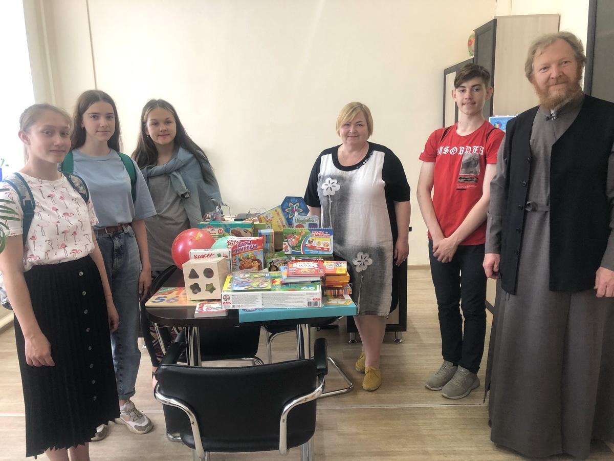 Передача гуманитарной помощи в Рославльской епархии