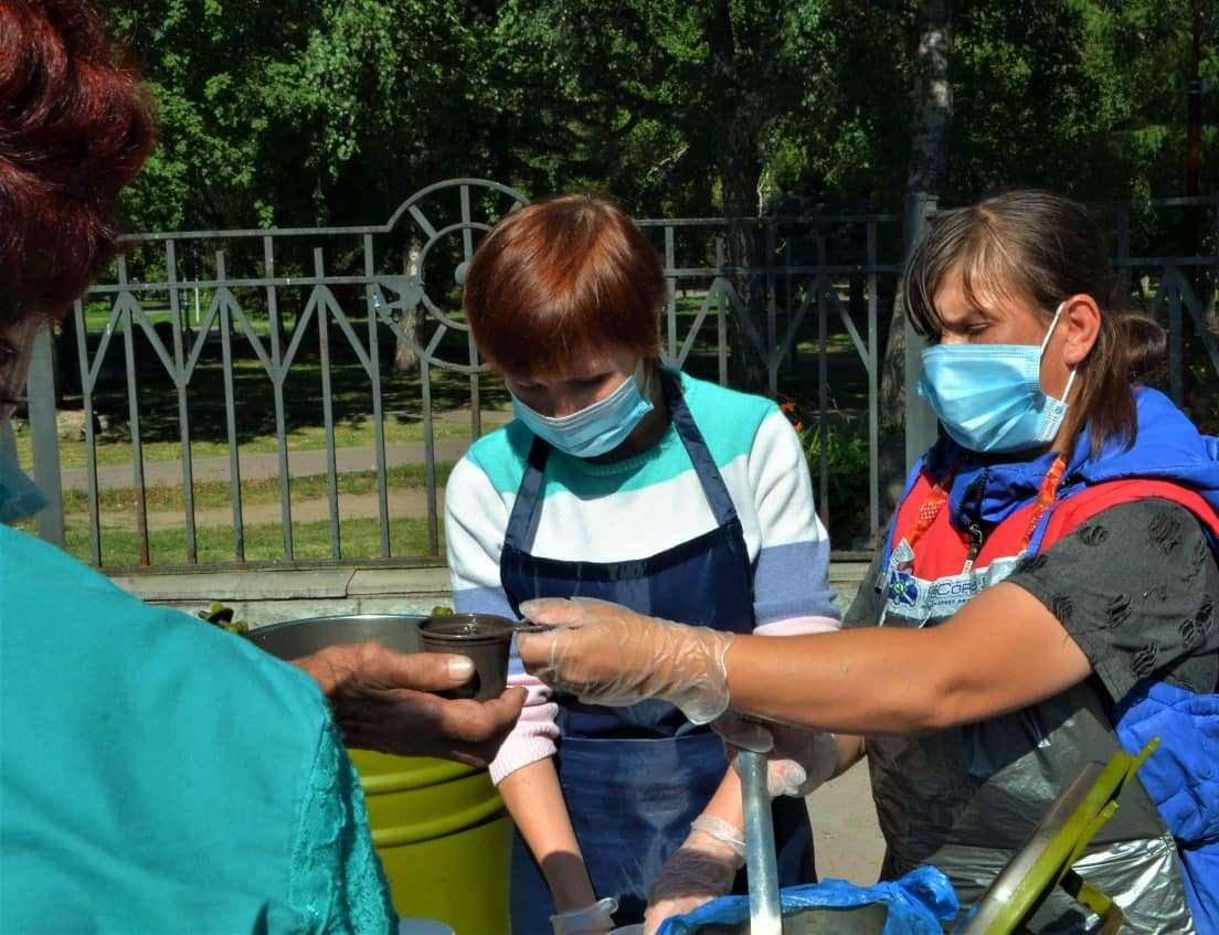 Добровольцы Новосибирской епархии раздают горячие обеды нуждающимся