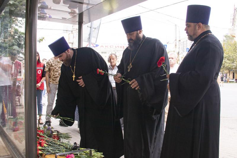 Священники Воронежской епархии возложили цветы на месте взрыва автобуса в Воронеже