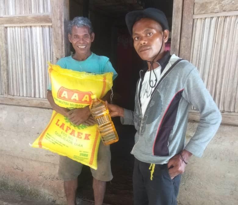 Передача продуктовой помощи нуждающимся в Восточном Тиморе