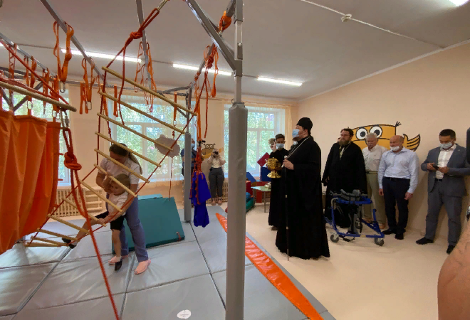 Епископ Златоустовский и Саткинский Викентий освящает новое реабилитационное оборудование для детей с ограниченными возможностями здоровья