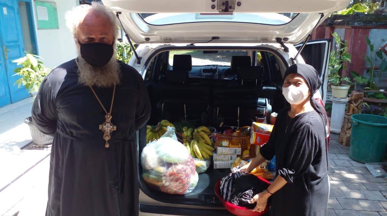 Прихожане православного храма передают продукты, фрукты в приют для детей с инвалидностью на острове Бали