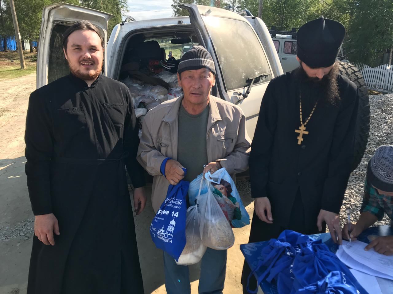 Передача гуманитарной помощи пострадавшим от пожаров в Якутской епархии