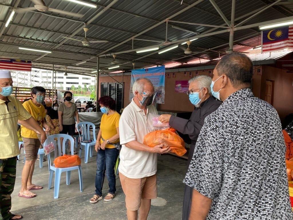 Малообеспеченные семьи в Куала-Лумпуре получают продуктовую помощь от Сингапурской епархии