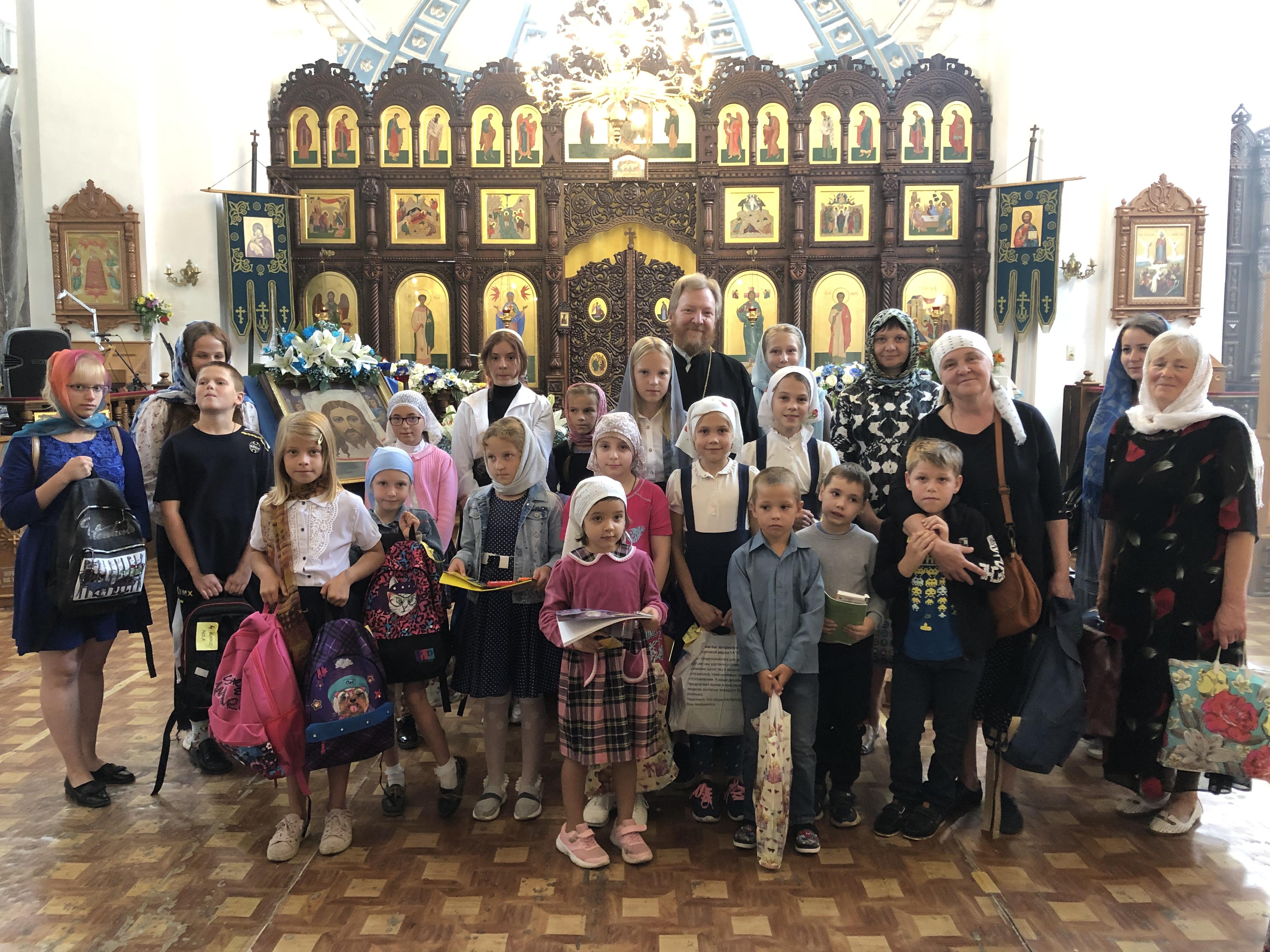 Передача школьных принадлежностей детям из нуждающихся семей в Рославльской епархии