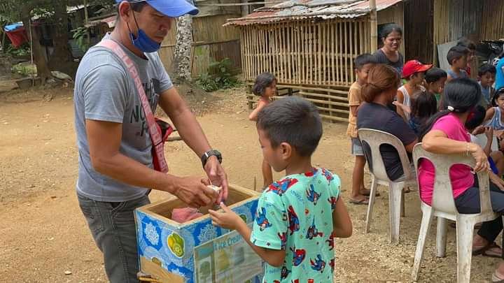 Волонтеры Филиппинско-Вьетнамской епархии раздают продуктовую помощь детям из бедных семей провинции Кесон