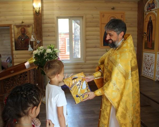 Священники Ростовской-на-Дону епархии передают детям канцелярские принадлежности