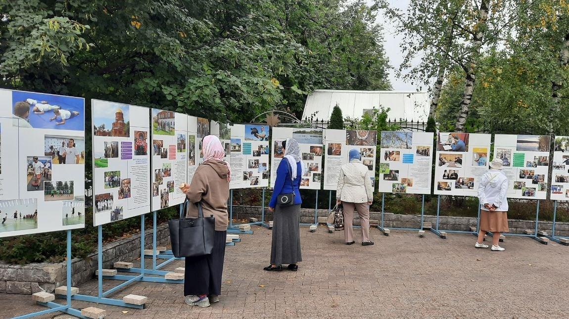 Фотовыставка о помощи Церкви наркозависимым в Москве на территории храма в честь в честь преподобной Евфросинии Московской