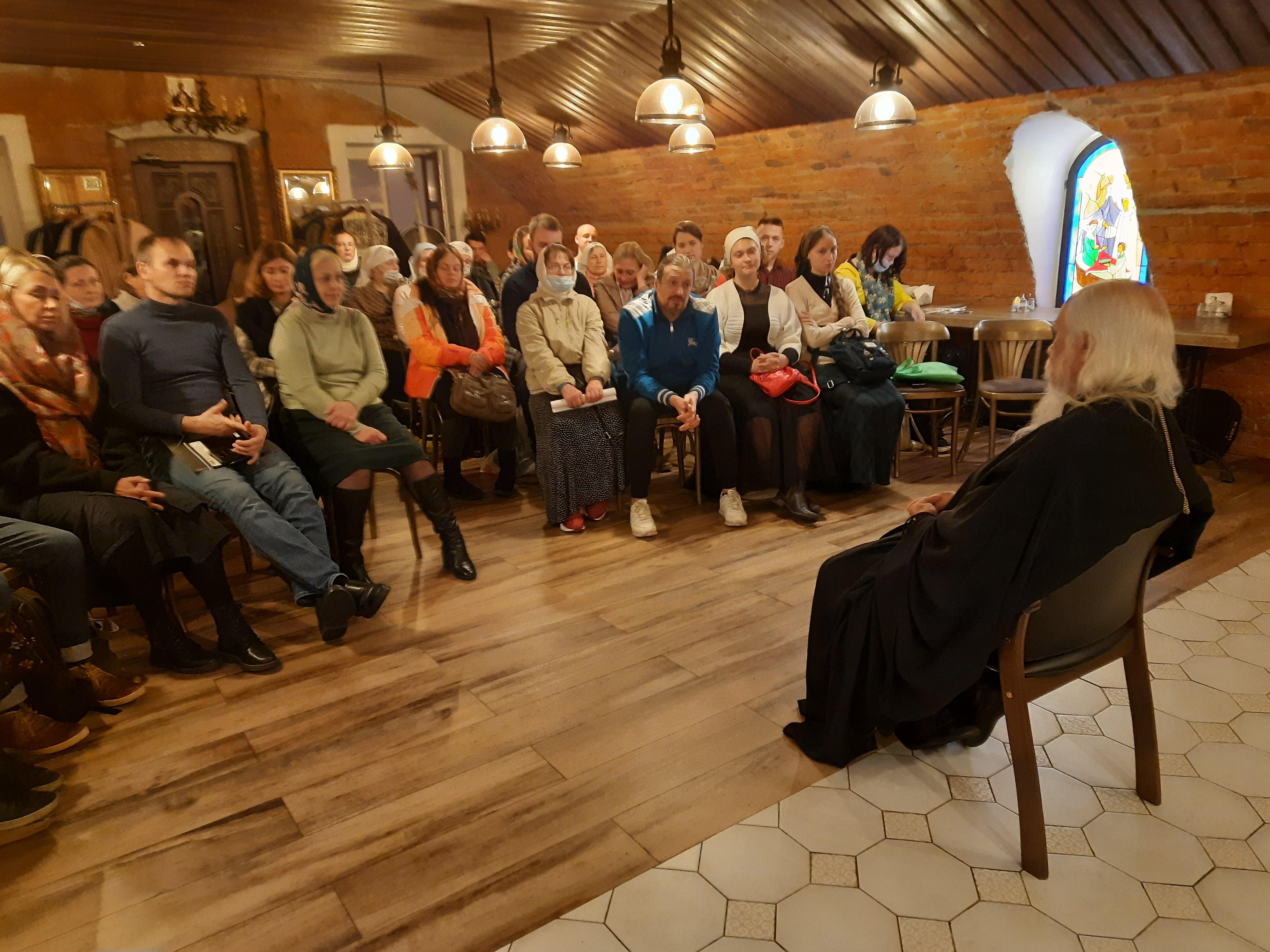 Епископ Пантелеимон проводит первое занятие курсов по уходу для добровольцев