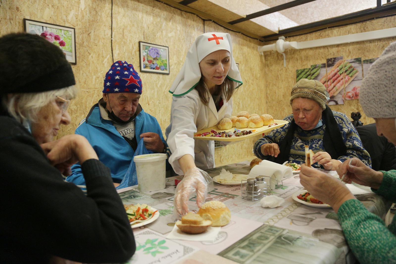 В благотворительной столовой Челябинской епархии